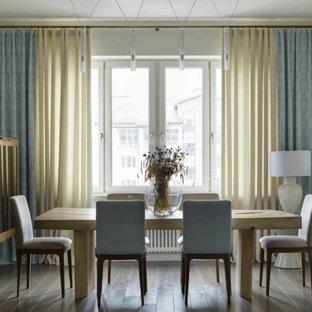 На фото: гостиная-столовая в современном стиле с белыми стенами и коричневым полом