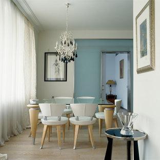 Свежая идея для дизайна: столовая в современном стиле с белыми стенами, светлым паркетным полом и бежевым полом - отличное фото интерьера