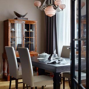 Стильный дизайн: столовая среднего размера в стиле современная классика с паркетным полом среднего тона, коричневым полом и коричневыми стенами - последний тренд