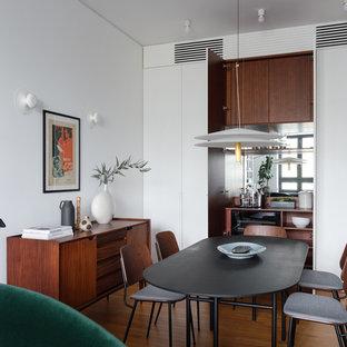 На фото: гостиная-столовая в стиле модернизм с белыми стенами, паркетным полом среднего тона и коричневым полом с