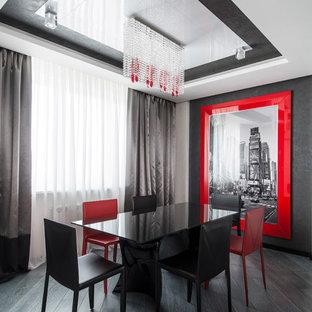 Свежая идея для дизайна: гостиная-столовая в современном стиле с серыми стенами, темным паркетным полом и черным полом - отличное фото интерьера