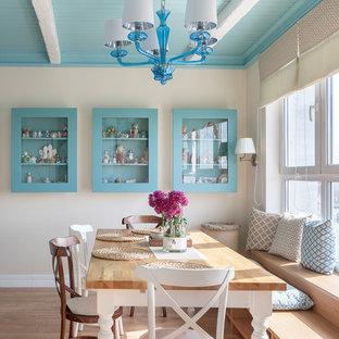 Idées déco pour une grande salle à manger ouverte sur le salon méditerranéenne avec un mur beige, un sol en bois brun et un sol marron.