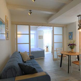 Ejemplo de comedor costero, pequeño, abierto, con paredes blancas, suelo de baldosas de porcelana y suelo turquesa