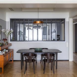 Новый формат декора квартиры: столовая среднего размера в современном стиле с серыми стенами и паркетным полом среднего тона без камина