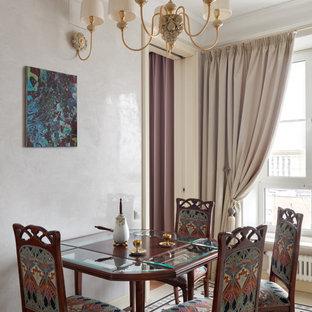 Новый формат декора квартиры: столовая в классическом стиле с разноцветным полом, бежевыми стенами и полом из керамической плитки