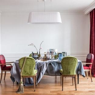 На фото: столовые в стиле современная классика с белыми стенами и светлым паркетным полом