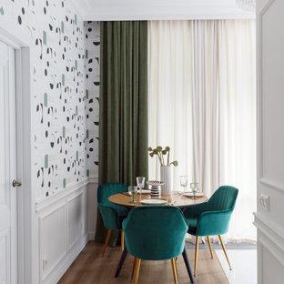 Пример оригинального дизайна: столовая в современном стиле с разноцветными стенами, паркетным полом среднего тона, коричневым полом, панелями на стенах и обоями на стенах