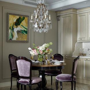 Modelo de comedor de cocina clásico renovado con paredes beige, suelo de mármol y suelo beige