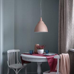 Modelo de comedor de cocina clásico renovado, pequeño, con paredes grises, suelo laminado y suelo marrón