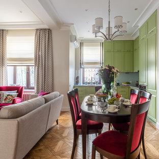 Стильный дизайн: гостиная-столовая среднего размера в стиле современная классика с бежевыми стенами, паркетным полом среднего тона и коричневым полом - последний тренд