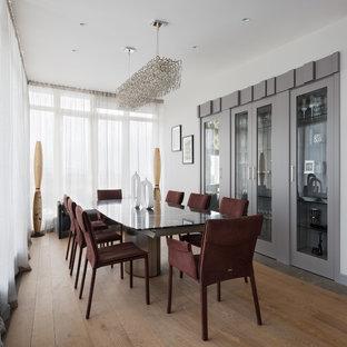 Свежая идея для дизайна: столовая в современном стиле с белыми стенами и паркетным полом среднего тона без камина - отличное фото интерьера