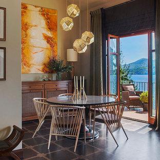 На фото: гостиная-столовая в стиле фьюжн с бежевыми стенами и черным полом с