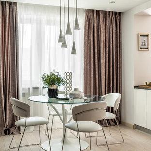 На фото: столовая в современном стиле с белыми стенами и бежевым полом