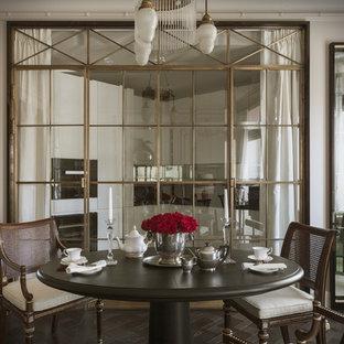 Стильный дизайн: столовая в стиле современная классика с белыми стенами, темным паркетным полом и коричневым полом - последний тренд