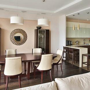 Источник вдохновения для домашнего уюта: гостиная-столовая в стиле неоклассика (современная классика) с темным паркетным полом и многоуровневым потолком