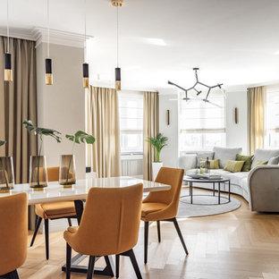 На фото: гостиная-столовая среднего размера в современном стиле с белыми стенами, светлым паркетным полом и бежевым полом с