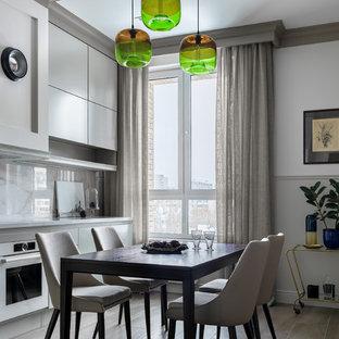 Идея дизайна: кухня-столовая в современном стиле с разноцветными стенами и коричневым полом без камина