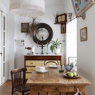 Пример оригинального дизайна: столовая в стиле фьюжн с белыми стенами, паркетным полом среднего тона и коричневым полом