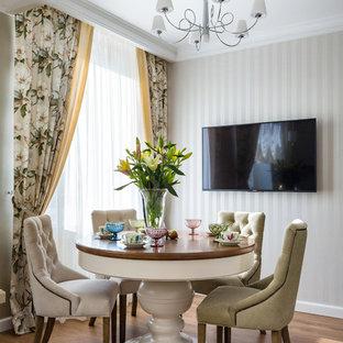 Идея дизайна: столовая с бежевыми стенами, паркетным полом среднего тона и коричневым полом