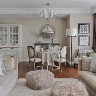 Стильный дизайн: гостиная-столовая в стиле неоклассика (современная классика) с бежевыми стенами, паркетным полом среднего тона, коричневым полом и многоуровневым потолком - последний тренд