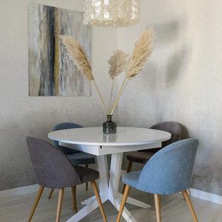 Создайте стильный интерьер: столовая в современном стиле с серыми стенами, светлым паркетным полом и бежевым полом - последний тренд