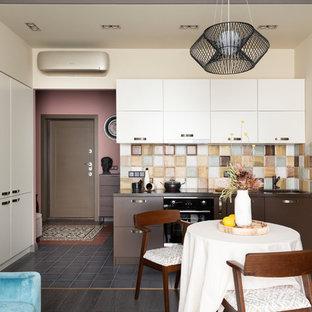 Неиссякаемый источник вдохновения для домашнего уюта: кухня-столовая в современном стиле с белыми стенами, темным паркетным полом и коричневым полом без камина