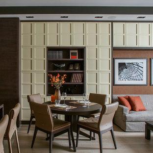 На фото: гостиная-столовая в современном стиле с коричневыми стенами, светлым паркетным полом и бежевым полом с