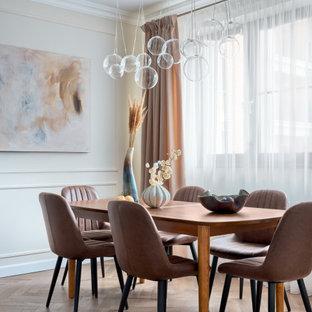 Стильный дизайн: большая кухня-столовая в стиле неоклассика (современная классика) с бежевыми стенами, бежевым полом и панелями на стенах - последний тренд