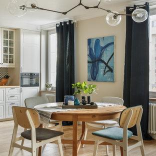 Пример оригинального дизайна: столовая в скандинавском стиле с бежевыми стенами, светлым паркетным полом и бежевым полом