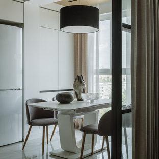 На фото: столовая в современном стиле с белыми стенами, бежевым полом и деревянным потолком