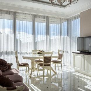 Свежая идея для дизайна: гостиная-столовая в стиле неоклассика (современная классика) с бежевыми стенами и белым полом - отличное фото интерьера