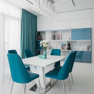Foto di una sala da pranzo aperta verso il soggiorno nordica con pavimento bianco