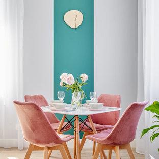 На фото: маленькие столовые в скандинавском стиле с разноцветными стенами, светлым паркетным полом и бежевым полом без камина