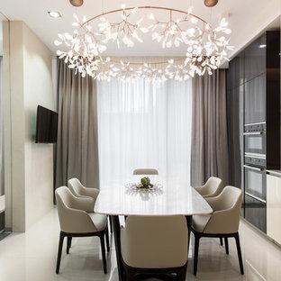 Стильный дизайн: кухня-столовая в современном стиле с бежевыми стенами и белым полом без камина - последний тренд