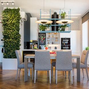 Пример оригинального дизайна: кухня-столовая среднего размера в стиле лофт с белыми стенами, паркетным полом среднего тона и коричневым полом