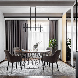 Идея дизайна: столовая в современном стиле с серыми стенами и балками на потолке