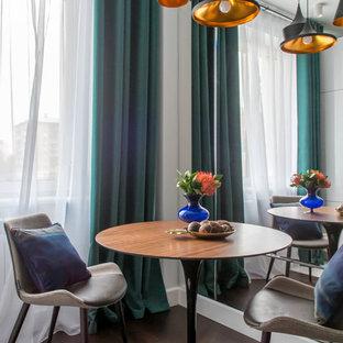 Неиссякаемый источник вдохновения для домашнего уюта: столовая в современном стиле с темным паркетным полом и коричневым полом