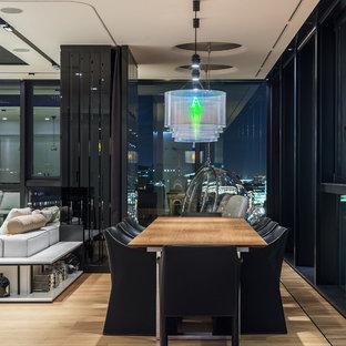 Создайте стильный интерьер: столовая в современном стиле с светлым паркетным полом и белыми стенами - последний тренд