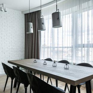 Mittelgroßes Industrial Esszimmer mit weißer Wandfarbe, braunem Holzboden, beigem Boden und Ziegelwänden in Moskau