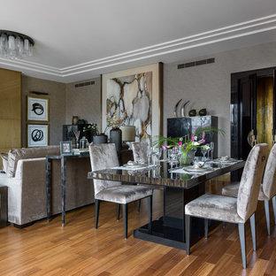Неиссякаемый источник вдохновения для домашнего уюта: гостиная-столовая в современном стиле с серыми стенами, паркетным полом среднего тона и коричневым полом