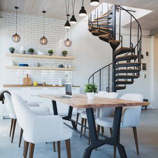 Неиссякаемый источник вдохновения для домашнего уюта: гостиная-столовая в стиле лофт с белыми стенами, бетонным полом и серым полом
