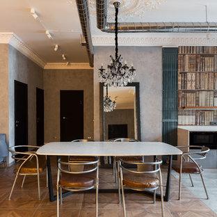 Новый формат декора квартиры: гостиная-столовая в стиле лофт с серыми стенами, паркетным полом среднего тона и коричневым полом