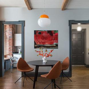 Неиссякаемый источник вдохновения для домашнего уюта: столовая в стиле фьюжн с паркетным полом среднего тона, коричневым полом, балками на потолке и кирпичными стенами