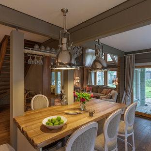 На фото: кухня-столовая в классическом стиле с серыми стенами, паркетным полом среднего тона и коричневым полом с