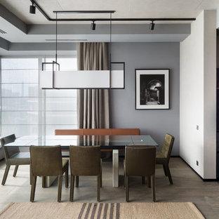 Пример оригинального дизайна: гостиная-столовая среднего размера в современном стиле с серыми стенами, паркетным полом среднего тона и коричневым полом