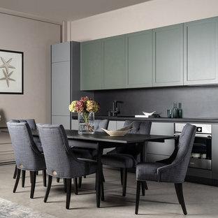 На фото: столовая в современном стиле с бежевыми стенами, бетонным полом и серым полом с