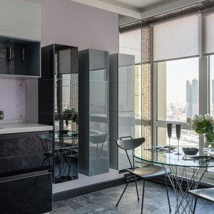 Стильный дизайн: кухня-столовая в современном стиле с серым полом и фиолетовыми стенами - последний тренд