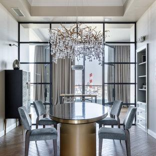 Esempio di una sala da pranzo design chiusa con pareti grigie, pavimento in legno massello medio e soffitto ribassato
