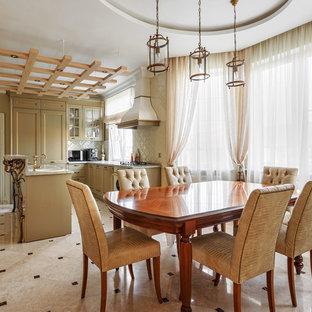 Idee per una grande sala da pranzo aperta verso la cucina chic con pareti beige e pavimento con piastrelle in ceramica