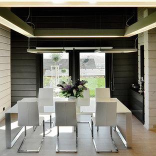 Неиссякаемый источник вдохновения для домашнего уюта: столовая в современном стиле с черными стенами и светлым паркетным полом